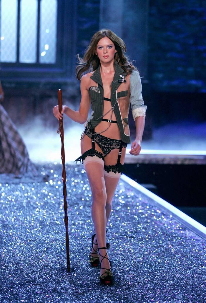 """""""Ангел"""" Victoria's Secret Элис Кромбе на показе 2006 года"""