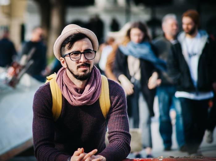 Шляпа интересно смотрится под деловой стиль и кэжуал