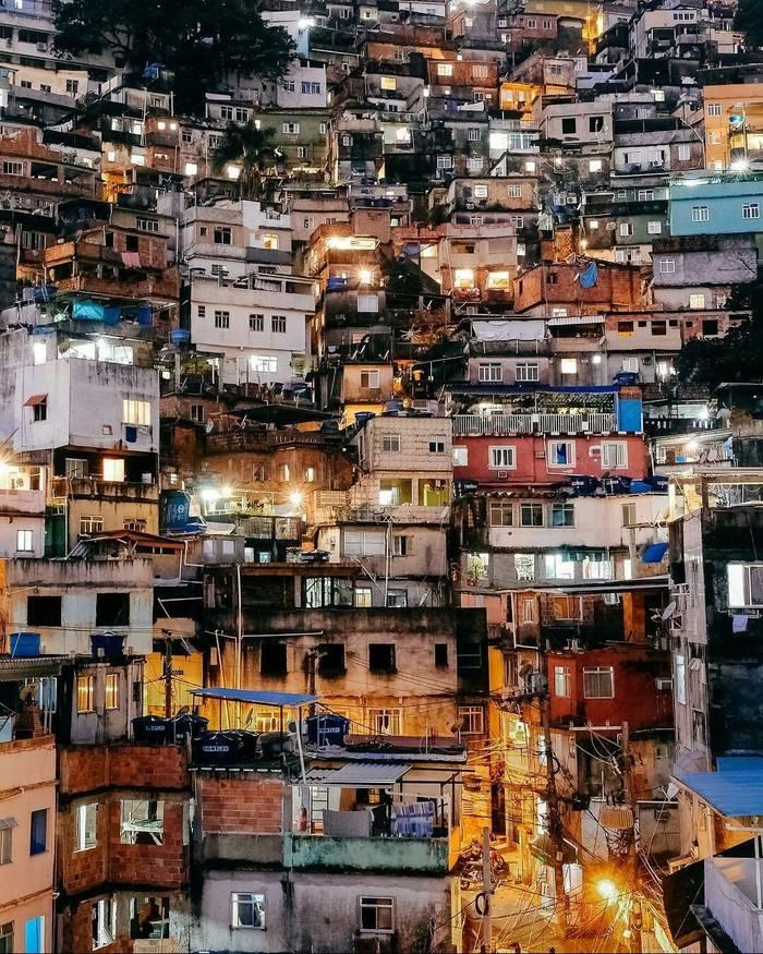 Фавелы - бедные районы на окраинах крупных бразильских городов