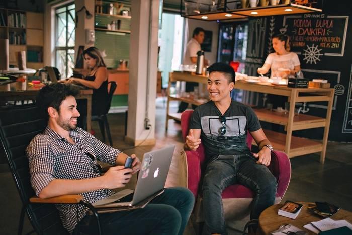 Даже если в офисе есть бар, это не повод вести там откровенные разговоры