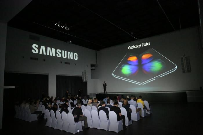 Samsung Galaxy Fold. В продаже — с 21 декабря 2019