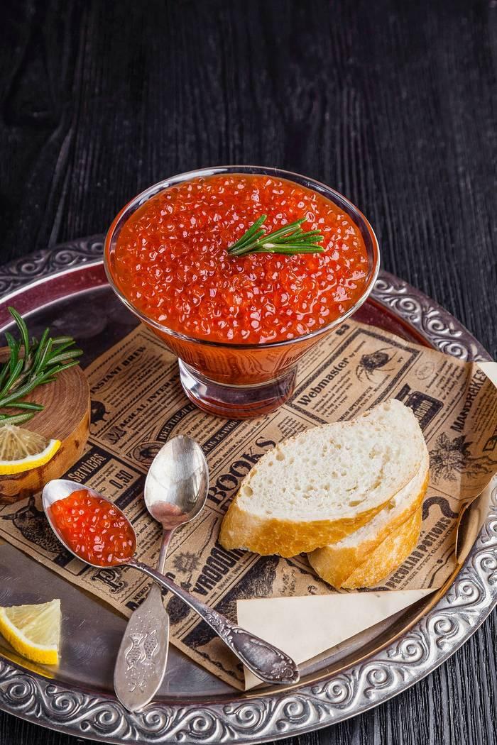 Красная икра - самый доступный вариант для любителей деликатесов