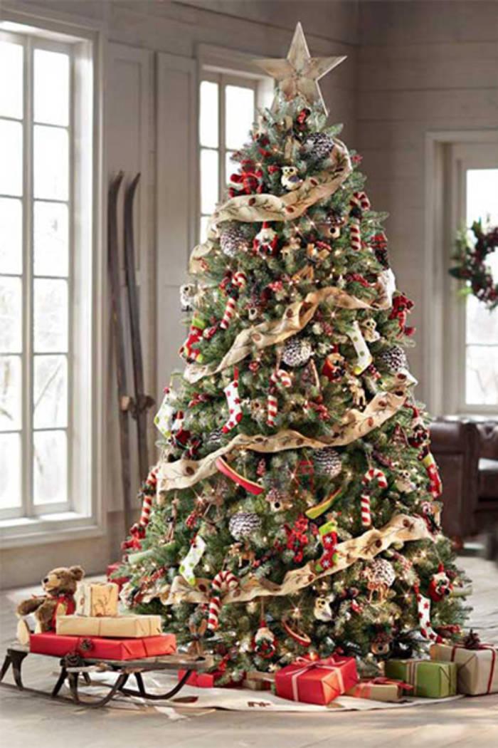 Классическая елка в шарах и сладостях