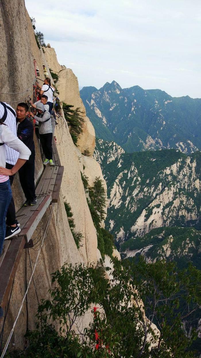 Подвесная дорога на горе Хуашань. Почти как суицид. Хотя, многим нравится