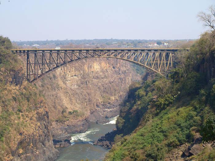 Мост над рекой, кишащей крокодилами