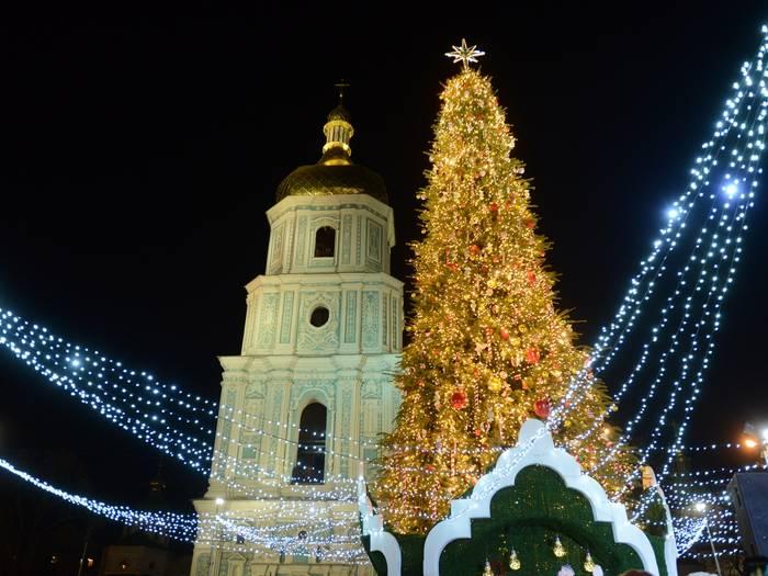 Киевская елка необычна и украшена дополнительно светящимися гирляндами