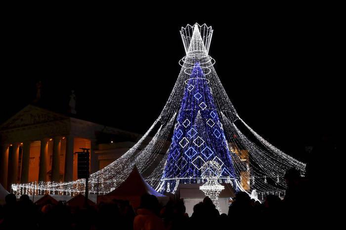 В Вильнюсе у елки есть шлейф из светящихся гирлянд