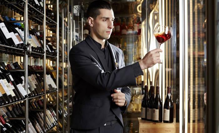 Уметь выбирать хорошее вино - полезный навык для мужчины