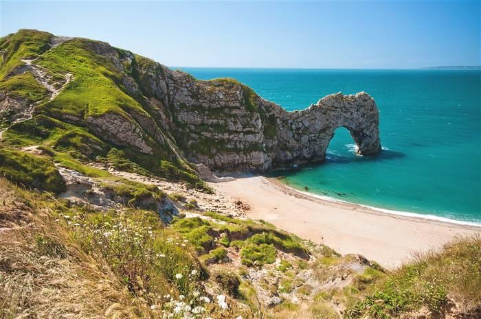 Английское побережье с древними скалами. Манит неизведанностью