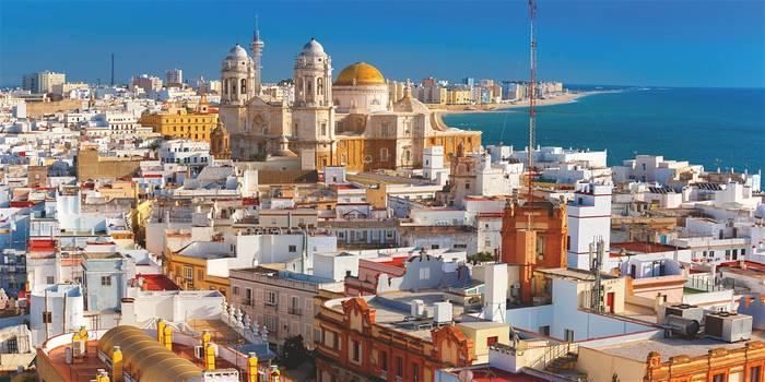 Жаркий испанский Кадис знаменит гастрономическими изысками, а также богатой историей