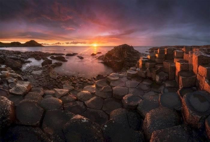 Тропа Гигантов, Ирландия. Прибрежная местность, состоящая из сотен и тысяч каменных столбов
