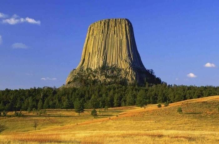 Башня Дьявола, США. Возраст -  не менее 200 млн лет