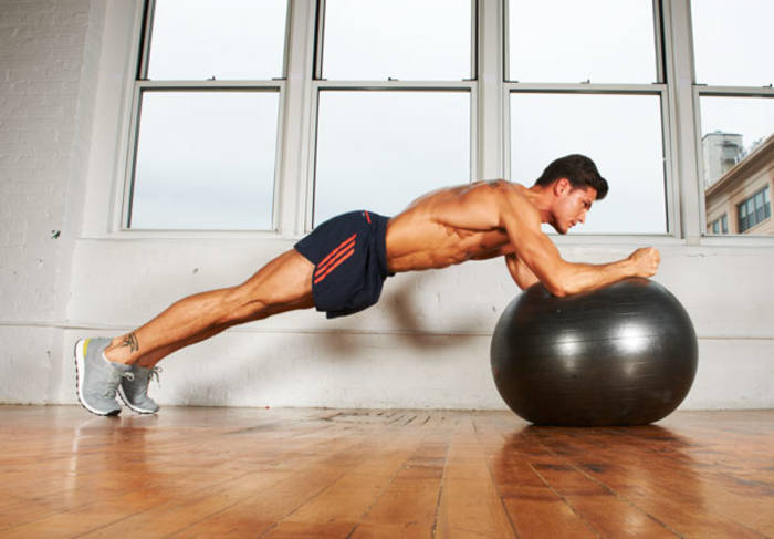 Фитбол поможет проработать рельеф и мышцы стабилизаторы