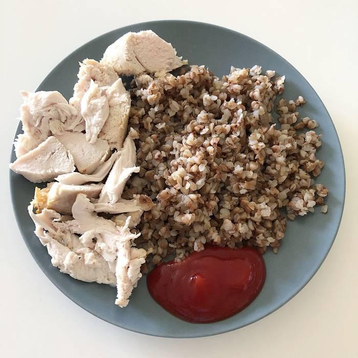Греча и куриная грудка — один из самых бюджетных способов питаться здорово и вкусно