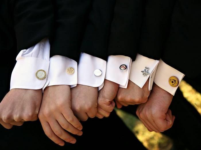 Массивные запонки или подарочные с логотипами - не лучший вариант для деловых встреч