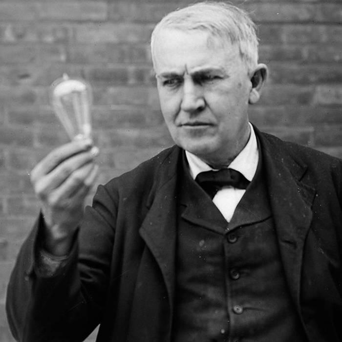 Томас Эдисон и его лампочка. Говорят, он изобретал ее несколько десятков лет