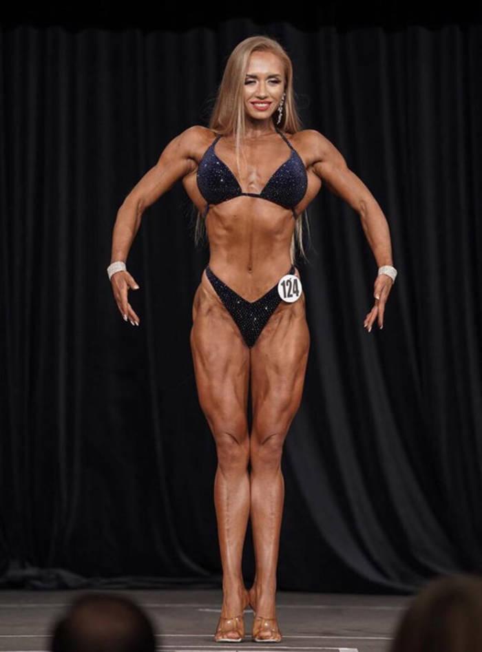 Нина Завадская. На конкурсе. Демонстрирует свое тело