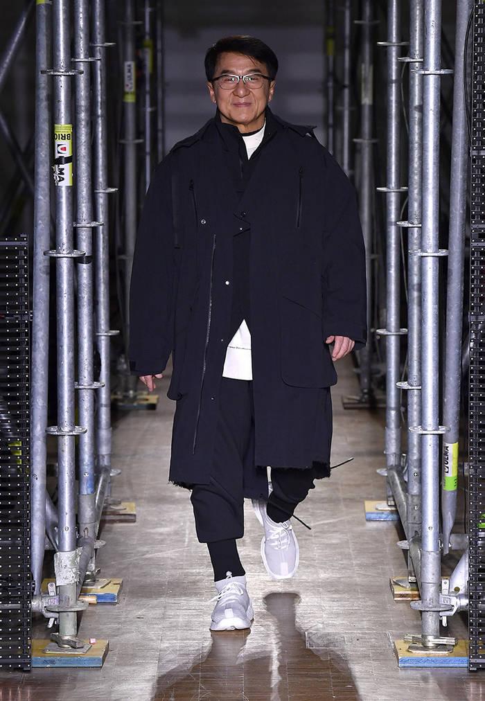 Джеки Чан был одной из моделей, выходивших на подиум  одежде китайской марки Li-Ning