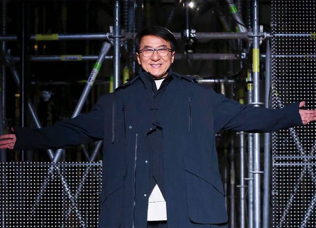 Без смешных дублей: Джеки Чан вышел на подиум в качестве модели