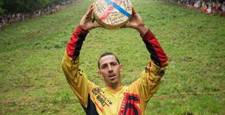 Сырные гонки и заклинание червей: самые странные соревнования в мире