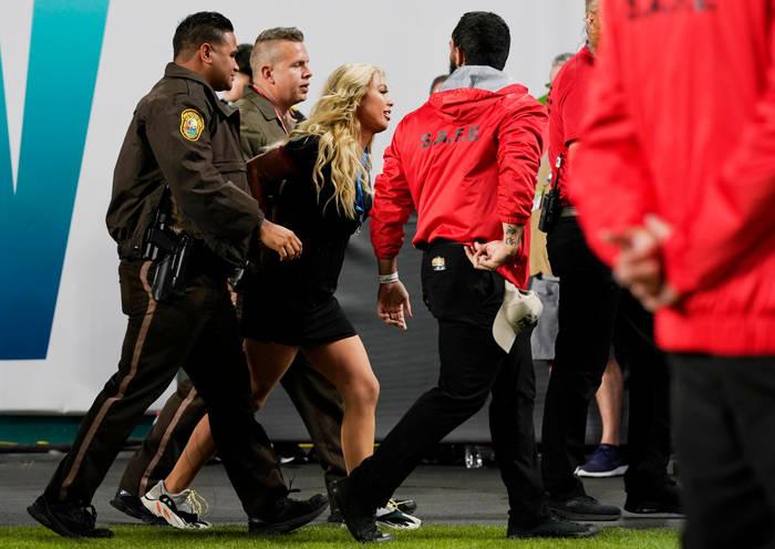 Келли Кай. Пыталась выбежать на поле во время финала Национальной футбольной лиги США