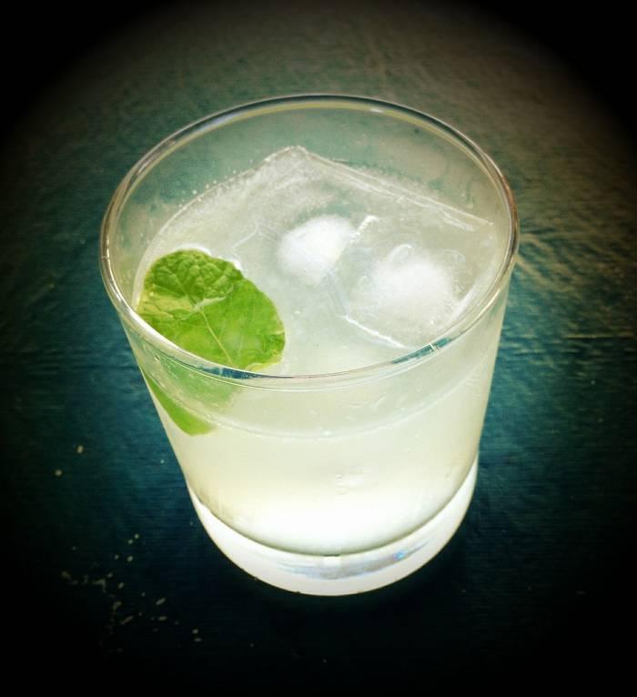 Джин-тоник - один из самых низкокалорийных алкогольных коктейлей