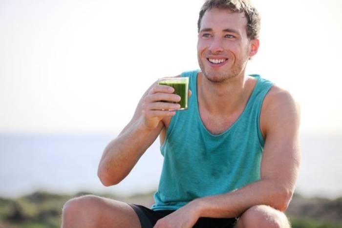 Неплохую службу сослужат и витаминные коктейли и смузи - ведь их призвание очистить организм