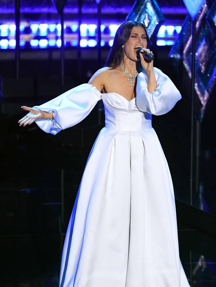 Идина Мензел выглядела сущим ангелом в белоснежном платье с объемными рукавами