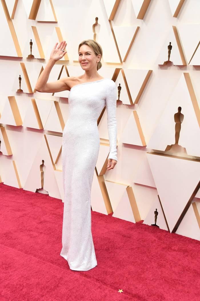 Оскароносная Рене Зеллвегер облачилась в белоснежное ассиметричное платье, подчеркнув постройневшую фигуру
