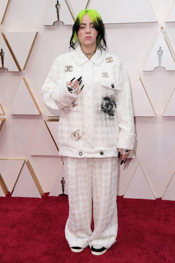 Билли Айлиш не изменила себе и приоделась в широкий костюм от Chanel