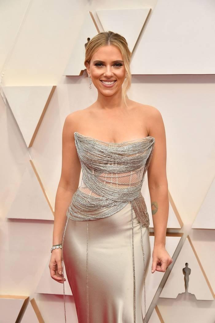 """Одна из фавориток """"Оскара"""" Скарлетт Йоханссон надела тонкое платье с глубоким декольте"""