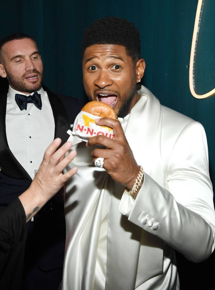 Usher с удовольствием ел бургер