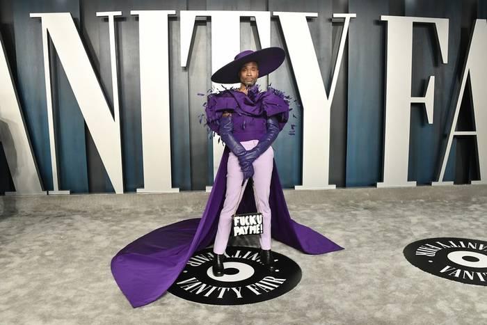 Билли Портер сменил образ феникса на фиолетовый костюм