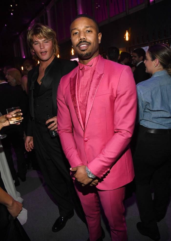 Майкл Б. Джордан в оригинальном розовом костюме