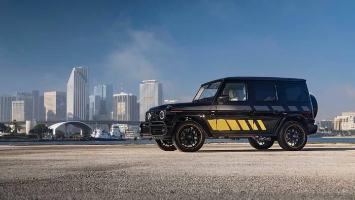 Дизайн авто и яхты перекликается цветом и стилизованным логотипом AMG