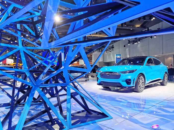 Ford Mustang в в качестве кроссовера сложно представить. А он существует