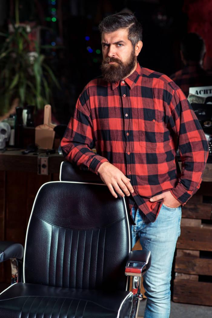 Борода, клетчатая фланелевая рубаха и джинсы-узкачи - тренд 2010-х