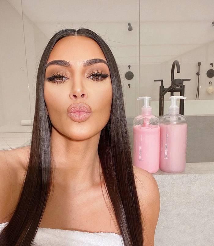 Здесь Ким рекламирует свою косметику