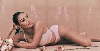 С раритетным авто и в бассейне: новые пикантные снимки Ким Кардашьян