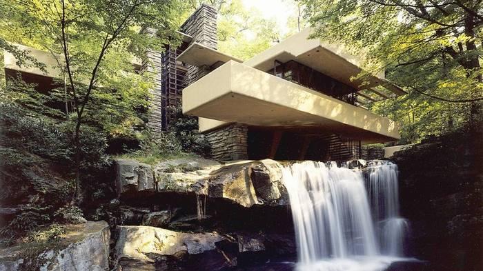 Дом над водопадом в США