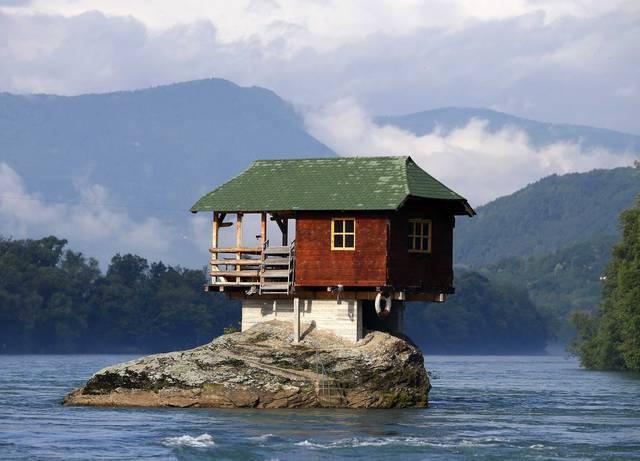 Дом-камень, дом-волна: 14 самых необычных построек в мире