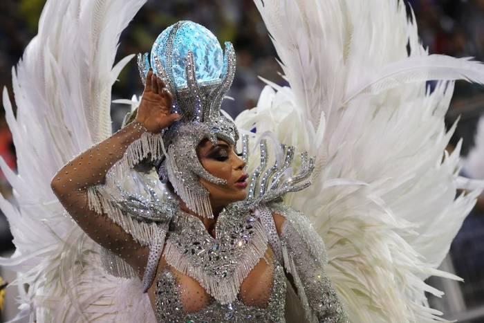 Танцовщица самбы из школы Perola Negra