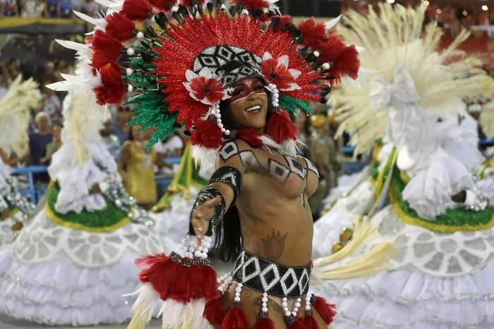 Участница выступления самба-школы Mocidade