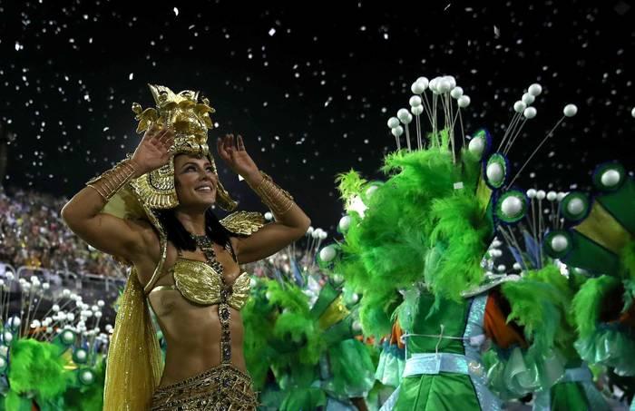 Красотки разных школ самбы соревнуются в откровенности костюмов на параде