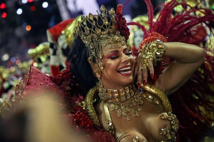 Бразильская фотомодель, актриса и участница многих телешоу Вивиан Араужо. Выступает в Salgueiro