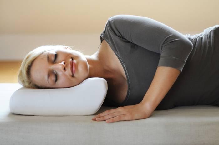 Ортопедическая подушка сделает ее отдых еще более приятным