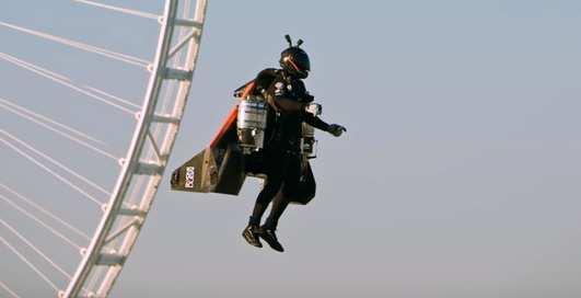 Реальный супергерой: смельчак с реактивным рюкзаком взлетел над Дубаем