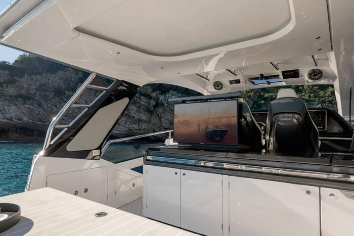 На борту Azimut Verve 47 — 54-дюймовый телевизор, гриль, инфракрасная плита, холодильник и ледогенератор