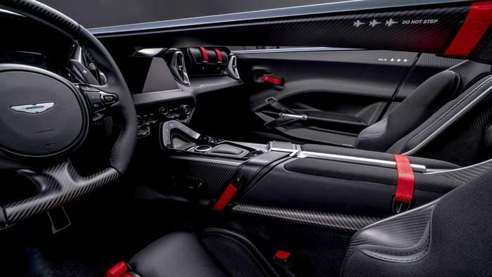 Интерьер Aston Martin V12 Speedster