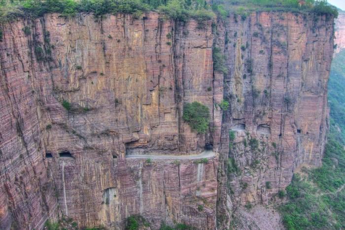 Туннель-дорога Гуолянь, Китай. Вручную вырезана в отвесной скале